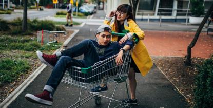Jeune couple Français posant dans un caddie