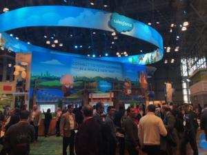 Le stand de Salesforce, leader du CRM, propose une expérience shopping connectée et personnalisée