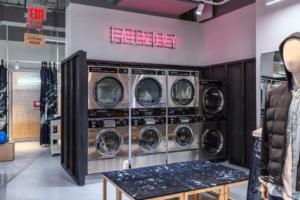 Les machines à laver dans le concept store d'American Eagle à New York incitent les jeunes étudiants à laver leurs vêtements dans le magasin tout en consultant les nouveaux produits de la marque