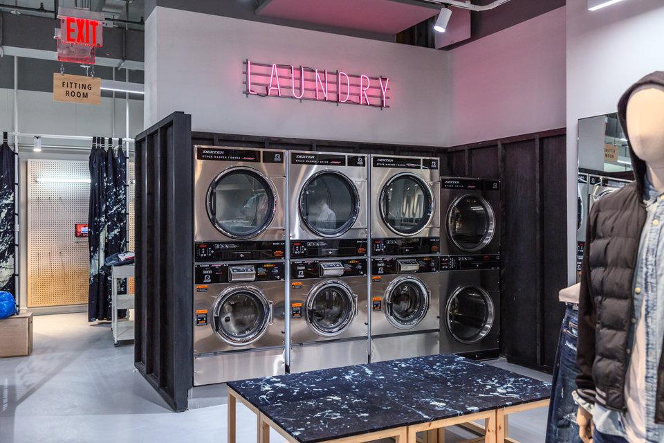 American Eagle met l'expérience client en priorité : des machines à laver dans le concept store de New York incitent les jeunes étudiants à laver leurs vêtements dans le magasin tout en consultant les nouveaux produits de la marque