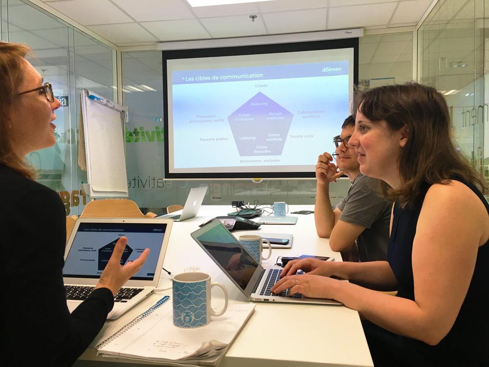 Delphine explique à la nouvelle promotion que le service communication a besoin de chaque personne dans l'entreprise pour être pleinement efficace